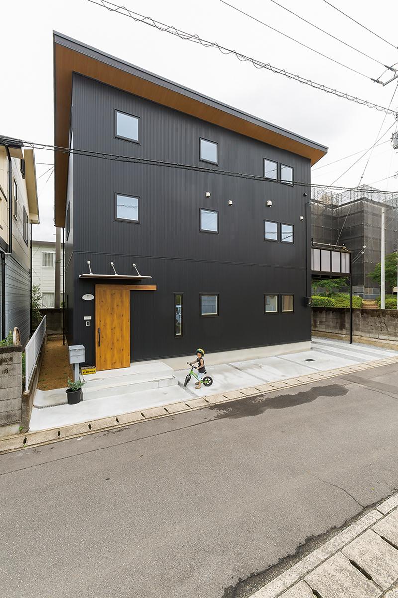 2階LDKで見晴らしも明るさも満点! 風景を暮らしに取り込む木の家。 画像1枚目
