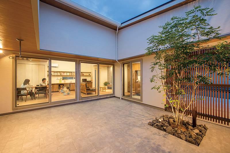 中庭テラスが家族のつながりを生み出すダイナミックな平屋 画像11枚目