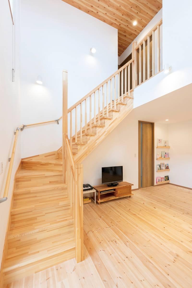 階段まで木の造作! 明るくやさしさに満ちた住まい 画像8枚目