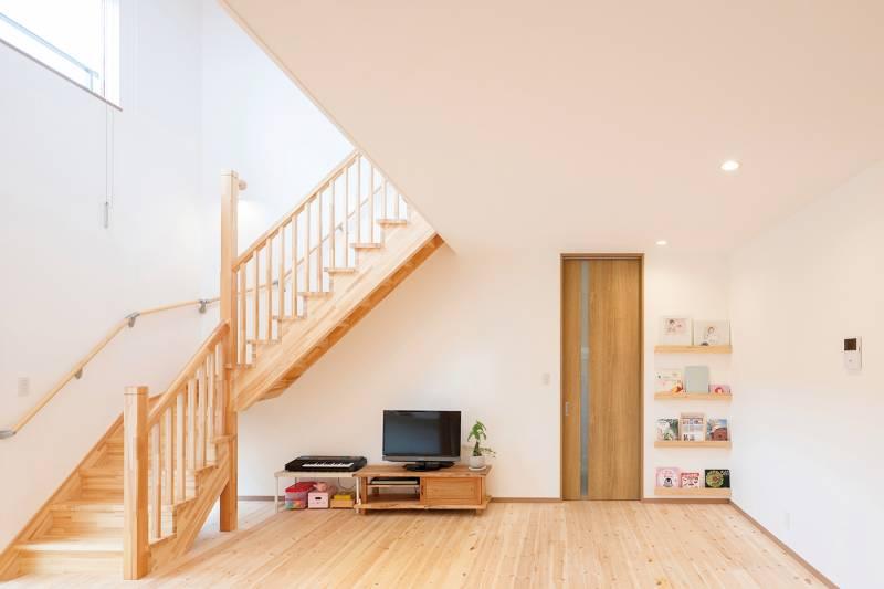 階段まで木の造作! 明るくやさしさに満ちた住まい 画像13枚目