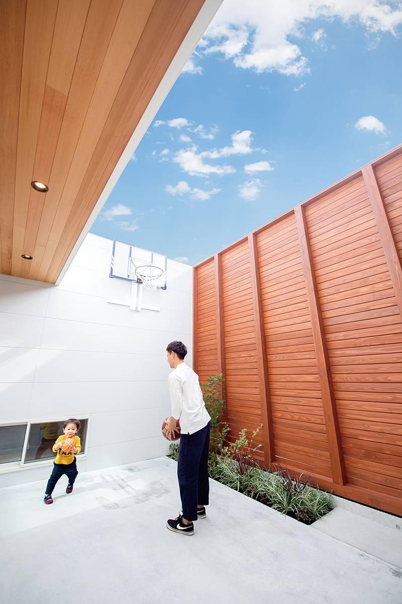 明るさ・開放感とプライバシーを両立中庭で趣味のバスケットを楽しむ 画像8枚目