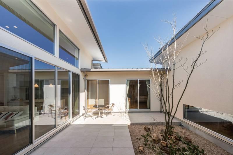 中庭が時間と空間をつなぐ 開放感あふれる平屋の家 画像10枚目