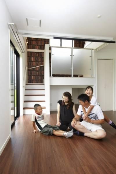 明るい家族が暮らす住まいには たくさんの笑顔が集まります。