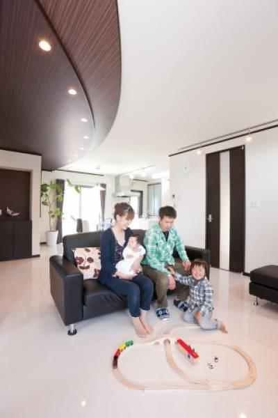 遊び心のあるスクエアなデザインと機能性が、家族に夢を「ハコ」ぶ家。