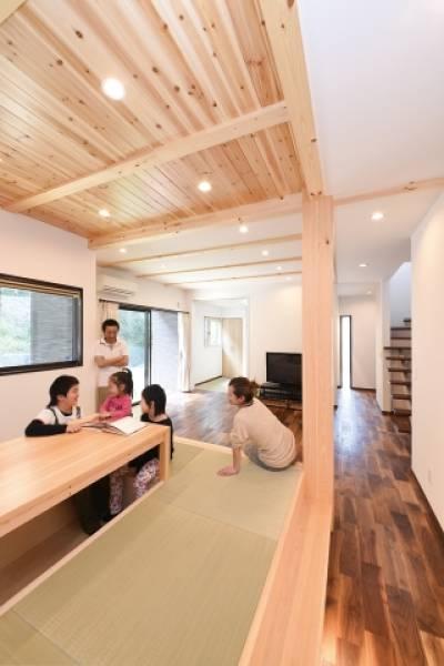 畳ダイニングで寛ぎ、ウッドデッキでのびのび遊ぶ。木の香りに包まれる家。