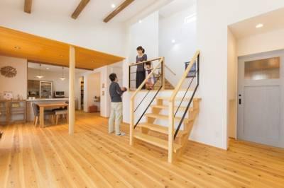 スキップフロアで空間を倍増させ、ワザありの木材使いで心なごむ家に。