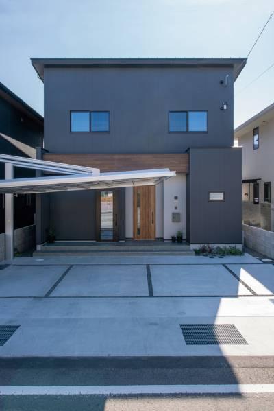 クールな雰囲気で暮らす 倉庫のような黒ガルバハウス 画像1枚目