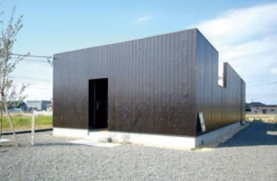 外と内とで印象が変わるシンプルモダンな平屋の家